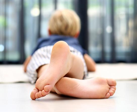 Blote voeten op de gietvloer